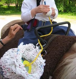un momento di attività a cavallo proposta a bambini affetti da spasticità